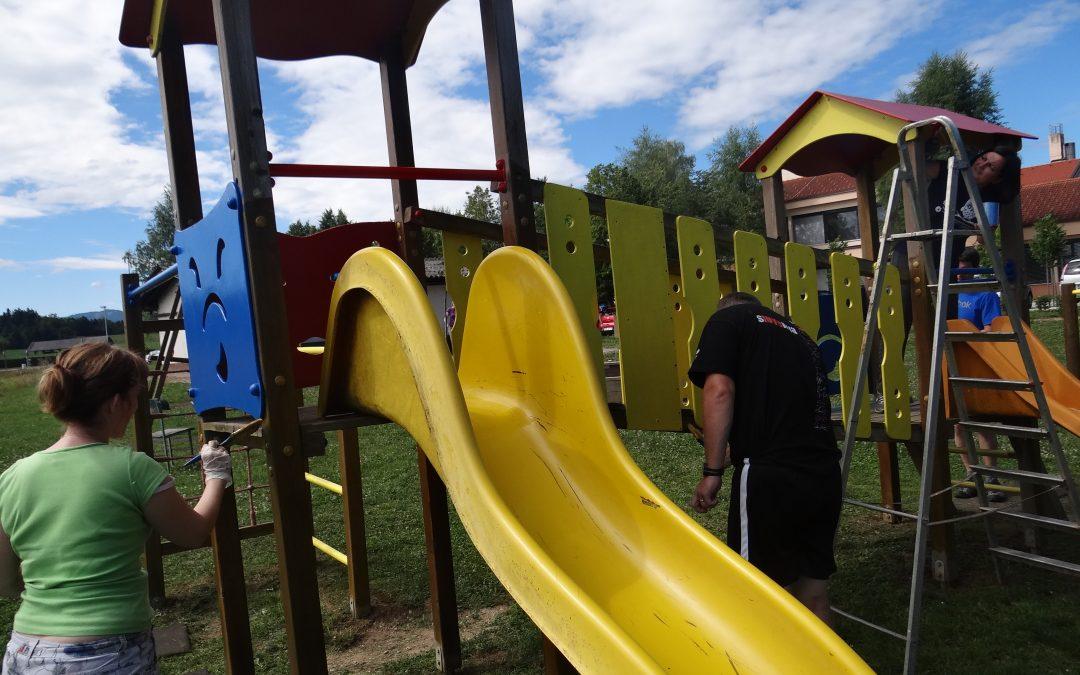 Delovna akcija na šolskem igrišču